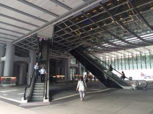 香港のHSBC本店の入口は大きいです。さらにWifiまで無料です。