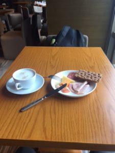 クラブラウンジの朝食(カプチーノとチーズ、クラッカー)