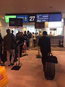 ユナイテッドクラブの裏にある成田空港搭乗口27番ゲートから上海へ出発