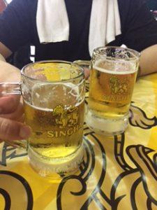 アソークのレストランでシンハービールで乾杯