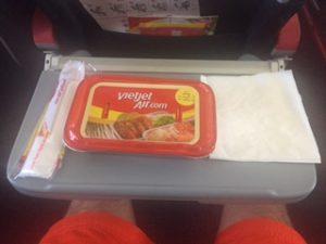 機内食は食べないで捨てた