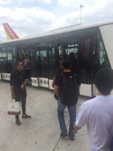 到着した空港ではバス移動