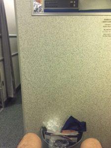 ANAのB6機内のEXIT LOW(非常口席)