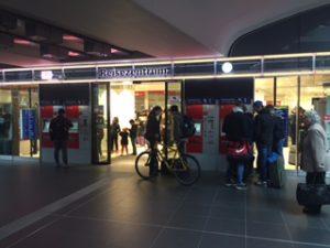 ベルリン中央駅内のDBのチケットセンター