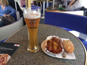 ICの食堂車でビールとカリーヴルスト