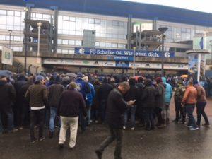大人数のサッカーファンの入場ゲート