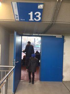 13番からスタンドに入ります。