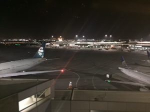 夜のサンフランシスコの空港