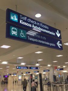 カンクンの空港のターミナル連絡バスの案内