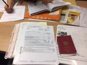 香港で保険の見直しの書類だらけ
