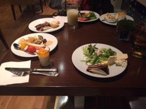ホテルのクラブラウンジで夕食