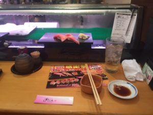 上野のすしざんまいで寿司を食べる