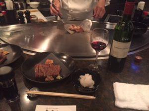 ステーキハウスでの和牛と赤ワイン