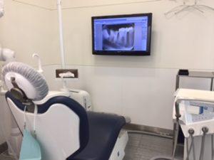 横浜の歯科医院で診療中