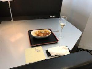 スイートラウンジでカレーとシャンパン