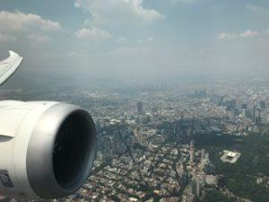 メキシコシティ上空の機内から写真撮影