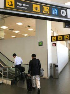 メキシコシティの空港内で移動