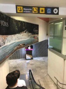 メキシコシティの空港をイミグレーションに向かって歩いているところ