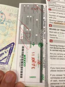 出入国カードとパスポートにスタンプが押された