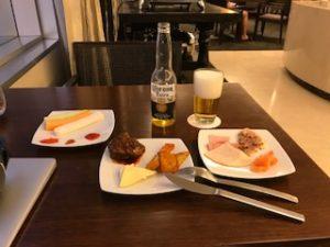 夕飯はホテル内でコロナビールを