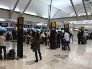 メキシコシティの空港のルフトハンザチェックインカウンター