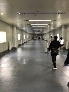 ラサの空港内の通路