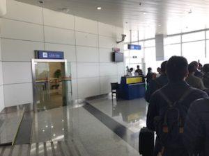 ラサ空港の搭乗口に並んだ乗客