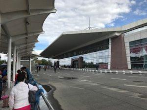 拉薩空港での出国ゲートへの入口