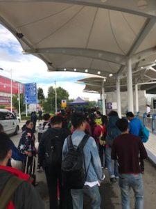 手荷物検査を受ける人の列