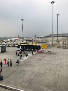 成都の空港に着陸時のバス移動