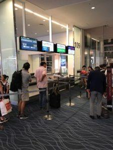 羽田空港の搭乗口からANAの便へ搭乗待ち