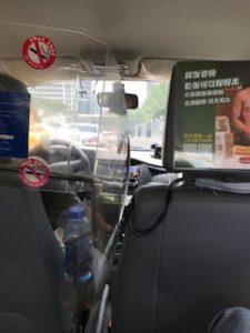 上海のタクシーで移動中の車内