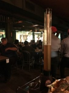 広い店内にステージがあるバンコクのレストラン