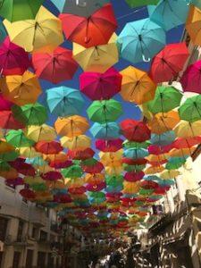メイン通りの傘