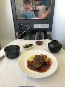 機内食はステーキ