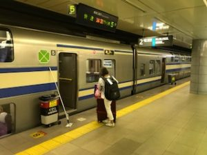 JR総武線快速で成田空港へ