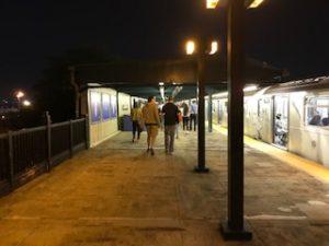 深夜の地下鉄で帰ります
