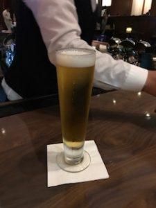 ローカルビールを注文