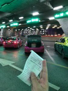整理券の番号のタクシーに乗ります。