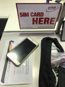 SIMカードをSIMフリーiphon6に挿入するところ
