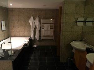 ホテルの部屋の大きい風呂