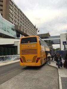 フランクフルト空港に到着したバス