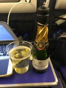 機内でスパークリングワイン