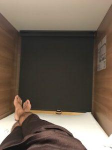 カプセルホテルの狭い部屋