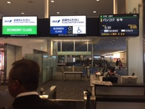 羽田空港国際線ターミナル108A搭乗口からANAの飛行機に乗る