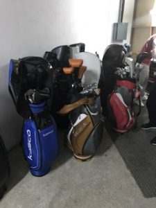 ゴルフ場に到着後クラブをレンタル