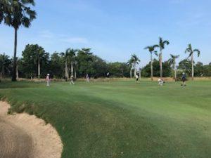 ゴルフ場で皆でプレイ中