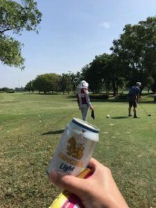 ゴルフプレイ中にシンハービール