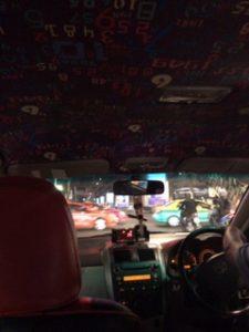妙に派手なタクシー車内