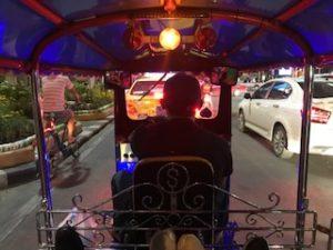 トゥクトゥクに乗っている写真